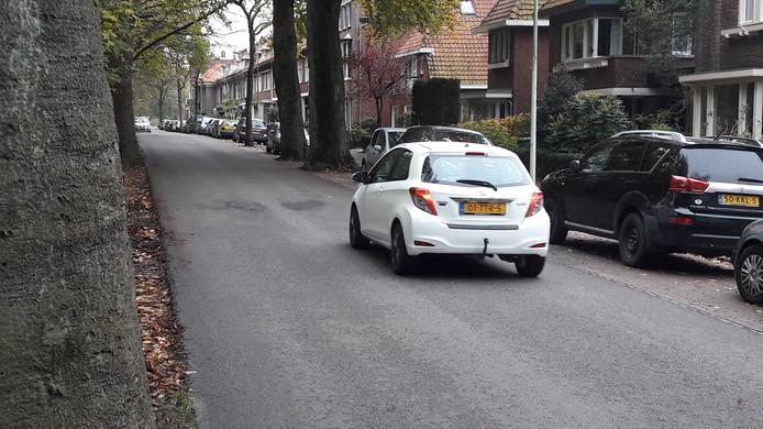 De Noordzijde Zoom is een karakteristieke, maar drukke straat. Er rijdt veel verkeer en de straat staat vol met auto's van mensen die het betaald parkeren ontduiken.