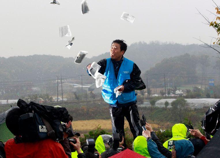 Park Sang-hak verspreidt vanuit Zuid-Korea flyers met propaganda tegen het Noord-Koreaanse regime in 2012.  Beeld AP