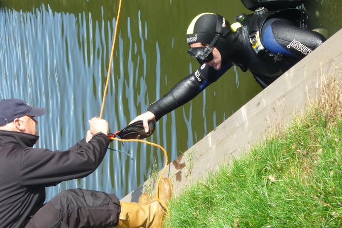 Drie leden van de Hengelose duikersvereniging brachten afgelopen zaterdag circa veertig golfballen boven water.