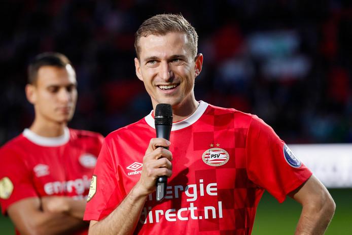 Daniel Schwaab nam afscheid van het publiek van PSV na PSV-Heracles Almelo.