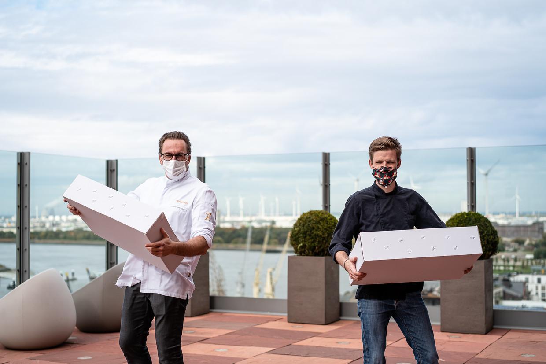 Viki Geunes (Zilte**) en Jonas Kellens (Dim Dining) presenteren de Best of Antwerp-box.