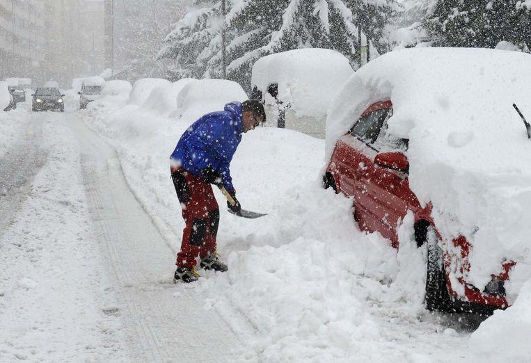 Deze man graaft zijn wagen uit de sneeuw in Villablino, in het noorden van Spanje.
