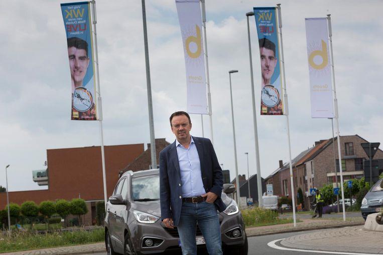 Schepen Bruno Steegen bij de banners met Thibaut Courtois in de stad.