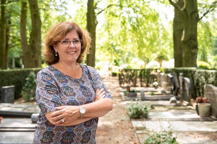 """Liesbeth van Berkel-Vollenbroek over haar eerste opdracht als uitvaartspreekster: """"Ik ging met knikkende knieën bij het gezin naar binnen, ik vond het heel spannend."""""""