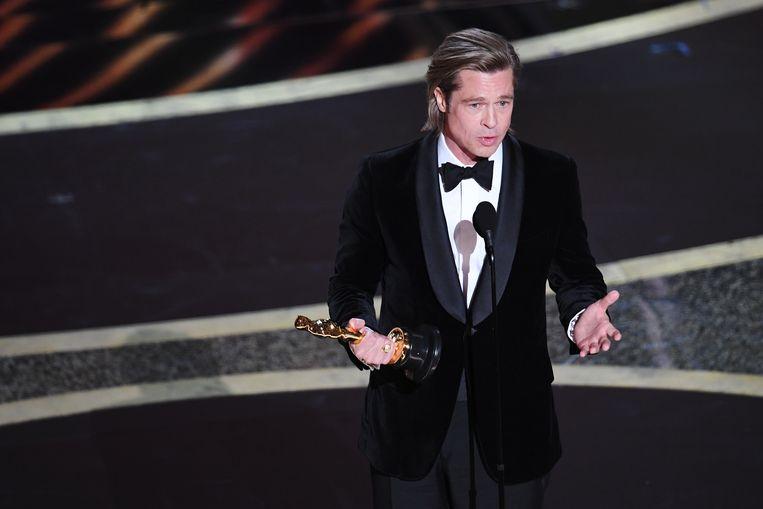 Brad Pitt neemt zijn Oscar in ontvangst voor zijn bijrol in Once Upon a Time... in Hollywood.  Beeld Getty Images