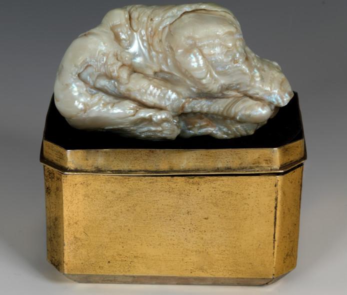 De parel dankt zijn naam aan de bijzondere vorm, gelijk aan een slapende leeuw.