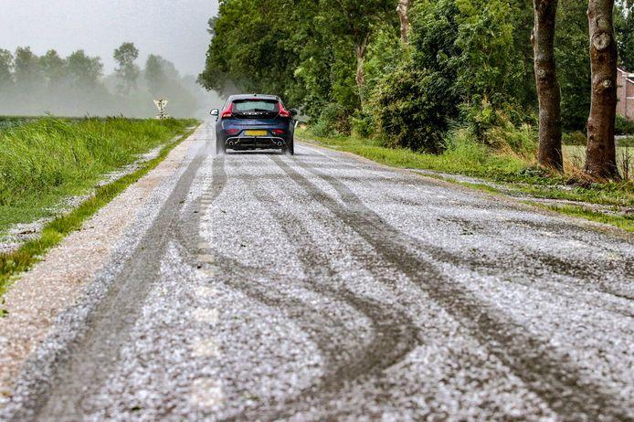De temperatuur daalt richting vriespunt en er valt regen en plaatselijk natte sneeuw waardoor de kans op gladheid toenneemt.