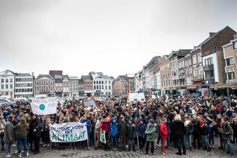 Op de Grote Markt gaan de betogers het gesprek met het schepencollege aan.