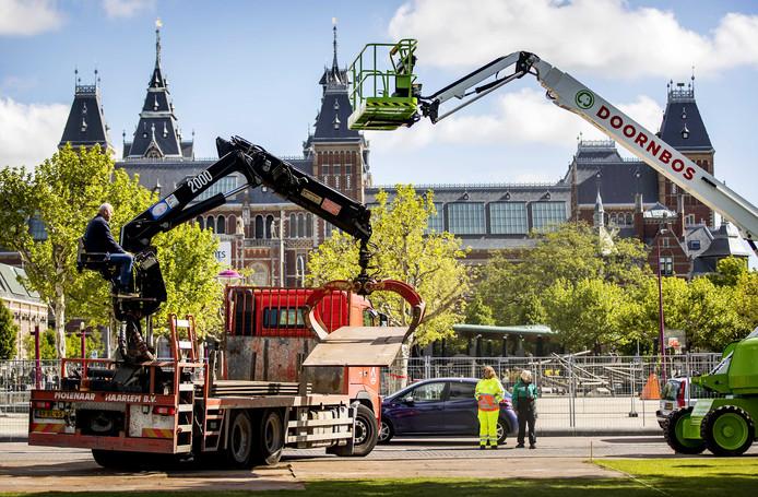 De voorbereidingen op het Museumplein voor de huldiging van Ajax zijn in volle gang .