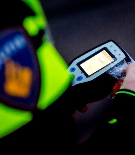 Bestuurder zonder geldig rijbewijs knalt na dollemansrit tegen schutting in Vleuten