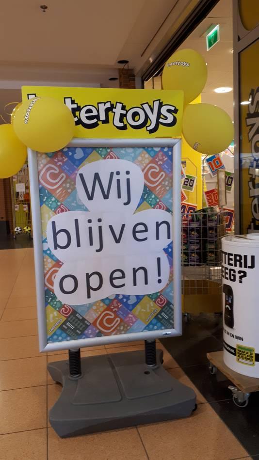Intertoys laat in Malden feestelijk weten dat de winkel open blijft.