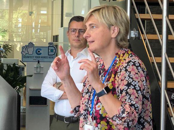 Minister Crevits maakt kennis met de virtuele receptionist in Carconnex