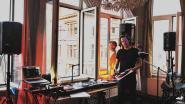 Uitbater Jan van Gent speelt elke avond balkonmuziek voor straat