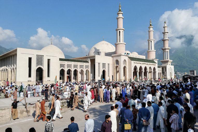 Mensen bidden in Muzaffarabad, Pakistan, voor de moslims in Kasjmir.