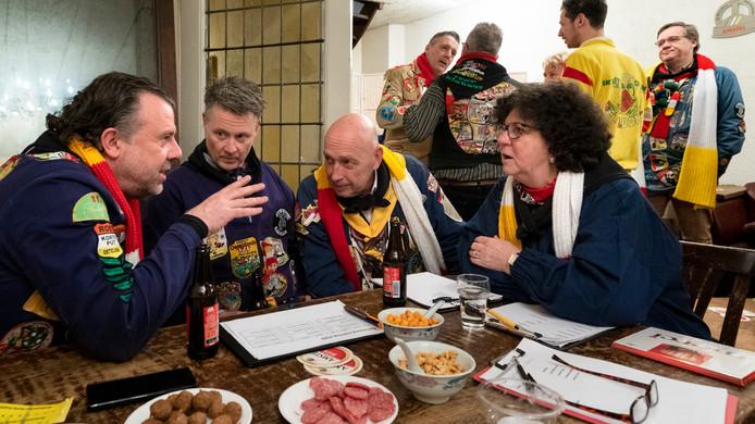 De huiskamer van de Kletsavonden boven café De Smidse. Winnaar Frank Damen staat links aan de tafel.