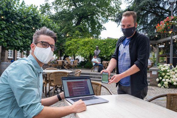 Jeroen Pets ontwikkelde een online aanmeldplatform voor horecabezoekers. Sindji Wellens van café De Zimmer stapte al mee in het verhaal.