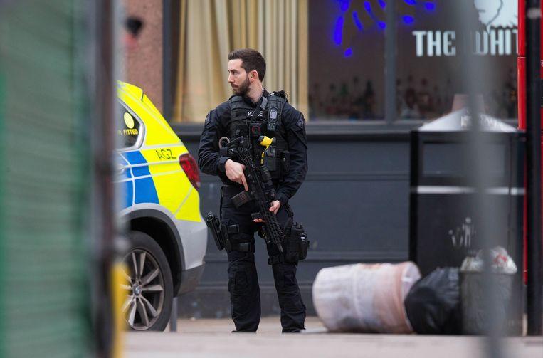Een bewapende politieagent in Londen.  Beeld EPA