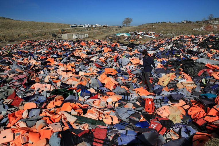Honderden zwemvesten liggen op deze foto uit 2017 op een grote berg op Lesbos. Vluchtelingen gebruikten de vesten op hun tocht naar het Griekse eiland.  Beeld ANP