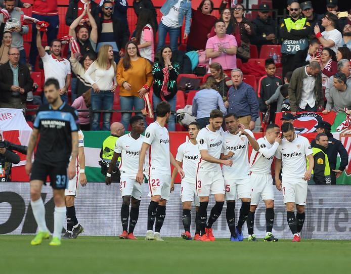 Vreugde bij de spelers en supporters van Sevilla na de goal van Wissam Ben Yedder.