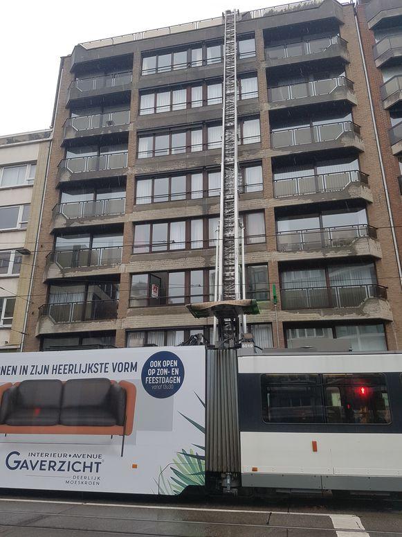 De lift moest de ramen tot boven op het appartementsgebouw brengen.