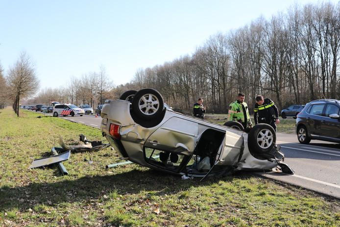 Een auto is op de kop beland bij de aanrijding op de N269.