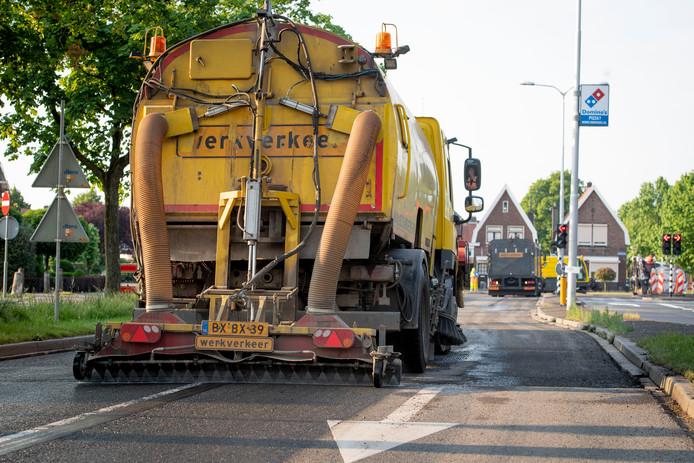 Wegwerkzaamheden, waarbij door schade aan wegen door vorst wordt hersteld, gedurende enkele avonden en nachten.