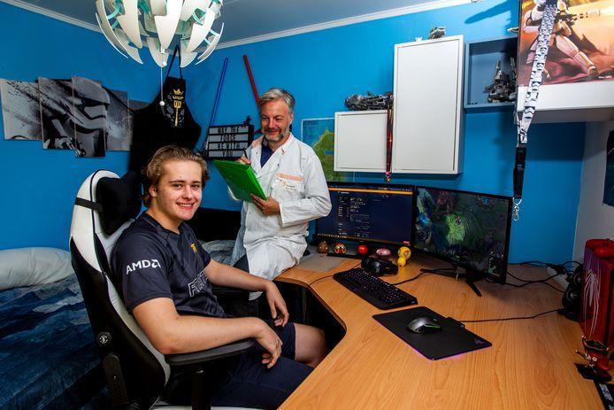 Gamer Kevin Hendriks (18) uit Zutphen meldt zich aan als bloeddonor. ,,Dat je er iets extra voor terugkrijgt, heeft de doorslag gegeven.''