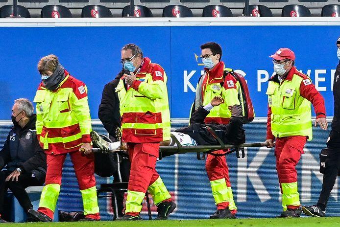 Frédéric Duplus werd maandag in de thuismatch tegen STVV met een gebroken scheenbeen op een draagberrie afgevoerd en is maanden out. Coach Marc Brys moet zijn verdediging opnieuw herschikken.
