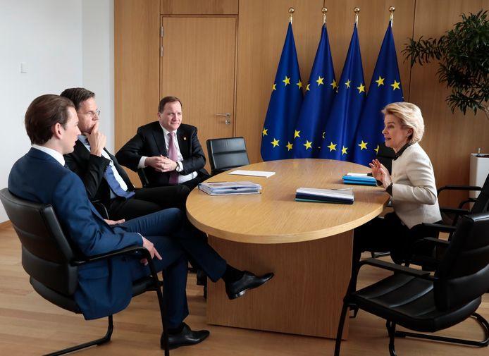 Ursula von der Leyen, voorzitter van de Europese Commissie (rechts) in bespreking met (vlnr) de Oostenrijkse kanselier Sebastian Kurz, Mark Rutte en de Zweedse premier Stefan Lofven.