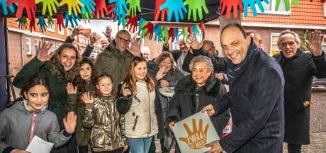 Zwaaihandjes op de stoep in Zwolle: 'Dit zorgt voor een glimlach'