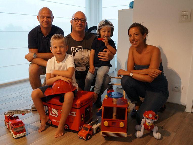 Dave, Louis, opa Paul, Gilles en Emmeline Casteleyn met hun 'brandweercollectie'.