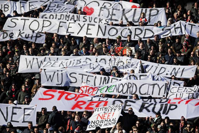 Ook eind februari tijdens de thuiswedstrijd tegen PSV maakten Feyenoordsupporters een statement met hun spandoeken.