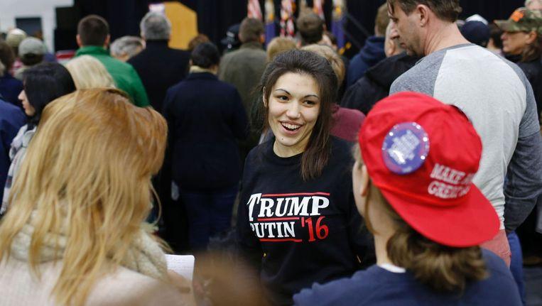 Een aanhanger van Donald Trump draagt een shirt met daarop Trump Putin '16. Beeld null
