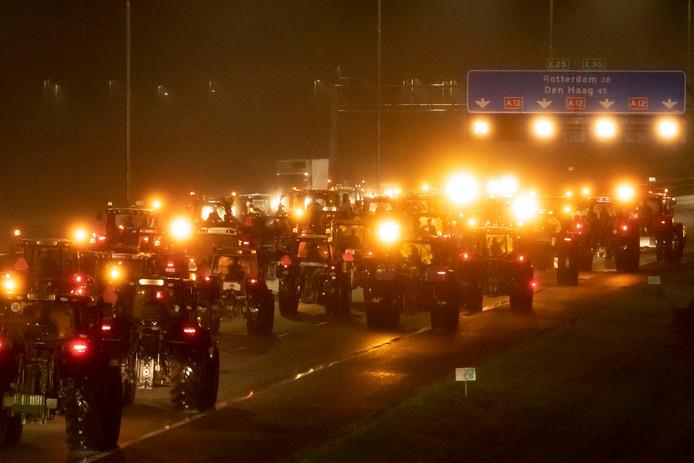 Protesterende boeren met hun tractoren op de A12 bij Woerden onderweg naar Den Haag