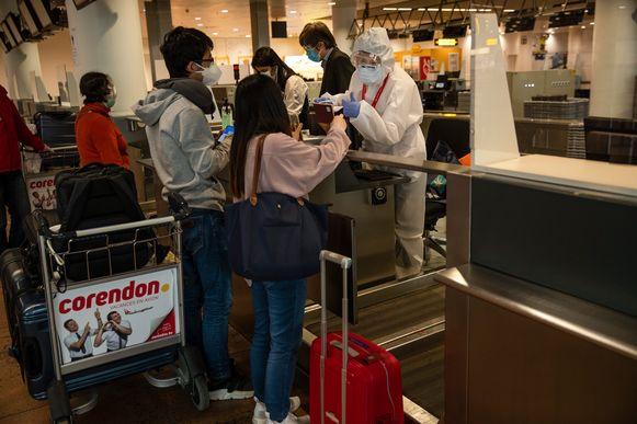 Reizigers checken in op de luchthaven van Brussels Airport.