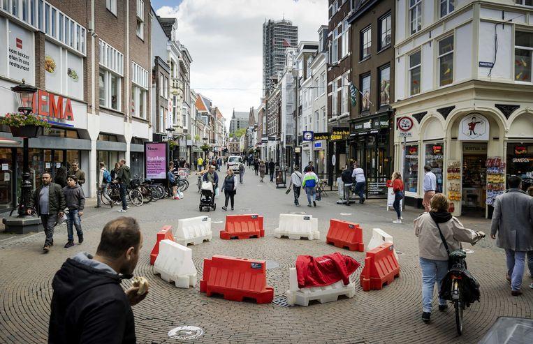 In mei moet een rotonde voor winkelend publiek bevorderen dat mensen elkaar op afstand passeren.  Beeld ANP