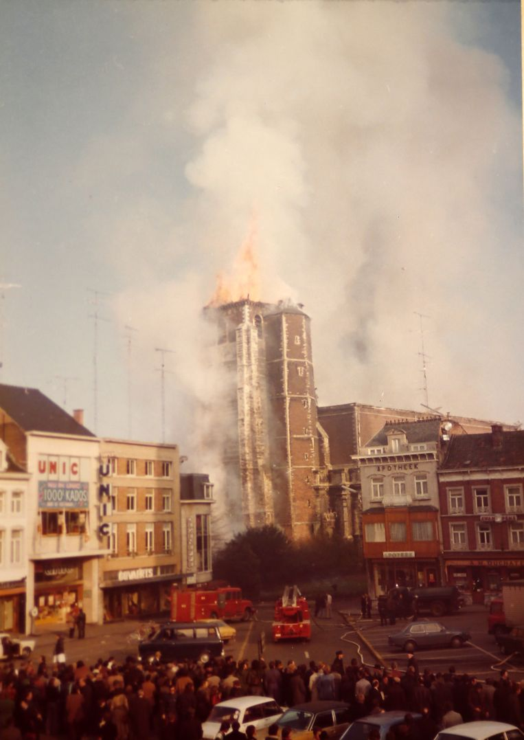 Vele mensen keken vanop de Grote Markt naar de vlammen die in december 1975 uit de abdijtoren kwamen .