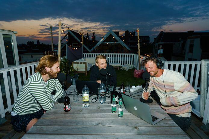 Maarten de Fockert (m) met Bart Vriends (r) en Thomas Verhaar bezig met hun podcast.