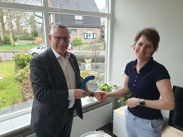 Wethouder Marc Budel overhandigt de onderscheiding Sportheld van de gemeente Rheden aan Eva Riemersma-van Rheenen uit Ellecom.