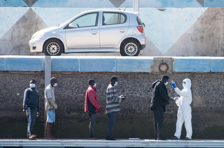Migranten krijgen bij aankomst op het Canarische eiland Fuerteventura een gezondheidscontrole. Beeld EPA