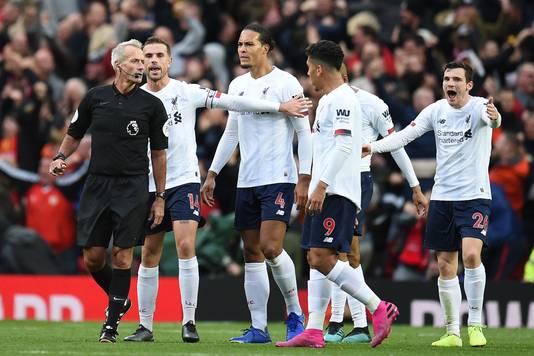 Woede bij de spelers van Liverpool na de 1-0 van Rashford. Volgens Virgil van Dijk en co werd er vlak voor de goal een overtreding begaan op Divock Origi.