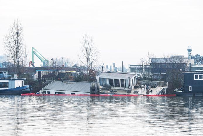 In het Maas-Waalkanaal werd een oliescherm geplaatst rondom de gezonken woonboot Oostkanaaldijk.