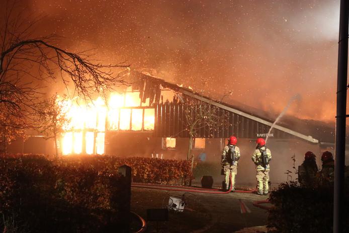Een schuur bij Hof van Schokland vatte vlam.