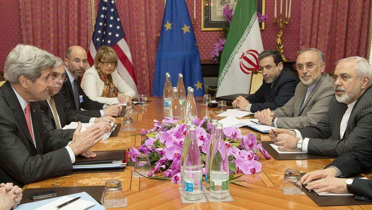 De Amerikaanse minister van Buitenlandse Zaken John Kerry (links) spreekt met de Iraanse delegatie in Lausanne, tijdens het overleg over het atoomprogramma van Iran. Beeld afp
