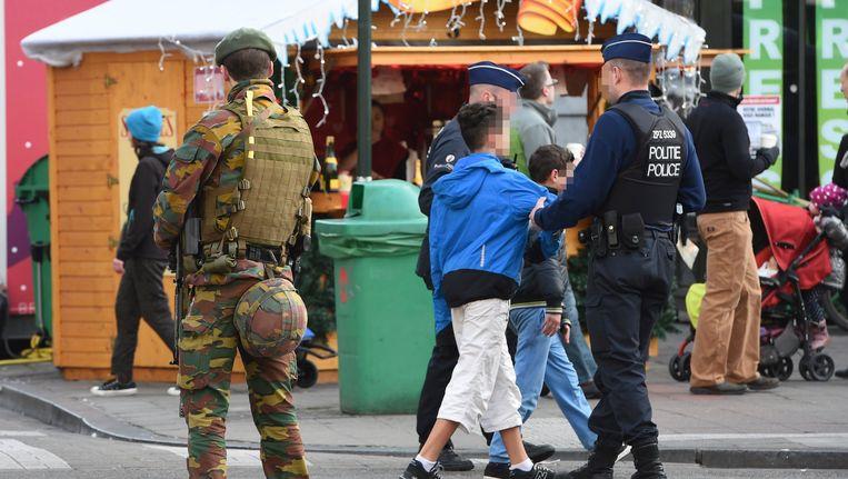Soldaten in de straten van Brussel een dag voor het nieuwe jaar Beeld null