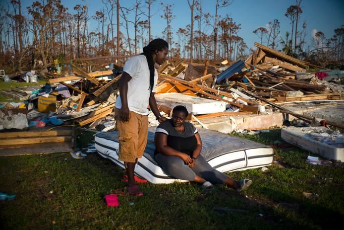 Een man probeert zijn vrouw te troosten, te midden van de ravage van hun door de orkaan Dorian vernielde huis in Rocky Creek East End op het eiland Grand Bahama, het meest noordelijke eiland van de Bahama's.