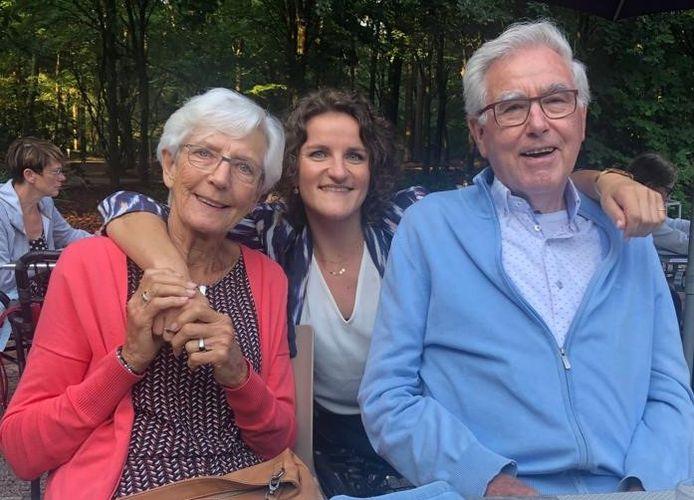 Jitske Visser met haar opa en oma, George en Geertje de Boer.