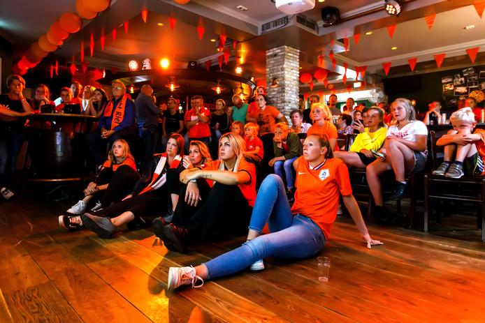 In Café Kerkzicht in Riel, het dorp van Jackie Groenen, kijken vele mensen de finale van het WK voetbal voor vrouwen. Het werd verlies, dus teleurgestelde gezichten.