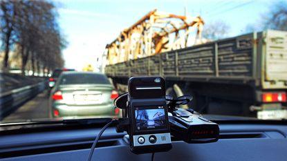 Vrouw die beschadiging auto filmde met dashcam krijgt zelf boete: Duitse rechter vindt dashcam illegaal