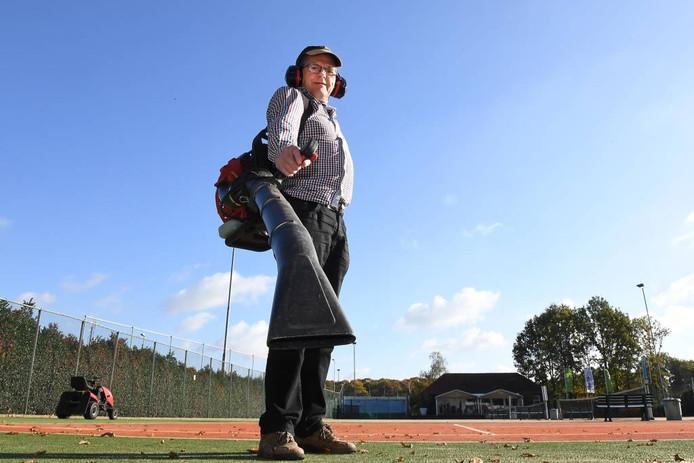 Mari Pennings zorgt ervoor dat de tennisbanen in Langenboom er goed verzorgd bij liggen.